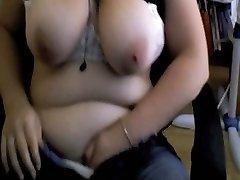 Me mira masturbándose