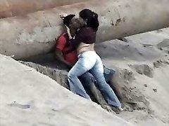 Latinos par atrapados en la playa