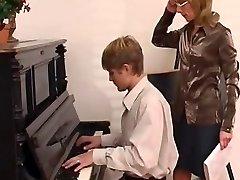 profesor de piano domina su estudiante