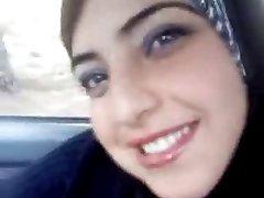 Caliente de árabe a parpadear sus tetas en el coche