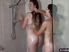 Amateur lesbianas de la ducha y digitación
