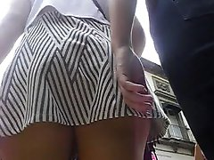 Upskirt una nalgona it minifalda y tanga