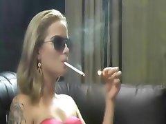 rubia caliente de fumar