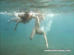 Julia y Masha se nadar desnudo en el mar
