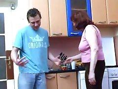 Наслаждаясь вкусной бабушки киска на завтрак