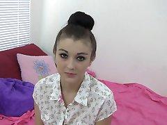 Teen honning tar av henne hotpants og onanerer solo