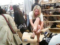 upskirt söpö tyttö istuu kenkäkaupassa