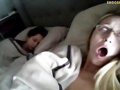 Sí, esa es su verdadera hermana durmiendo a su lado