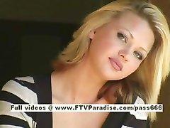 Svetlana linda chica rubia bebidas de café