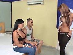 Busty latina Tgirls in en človek v troje