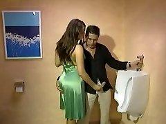 Fullt Påkledd Handjob i toilette