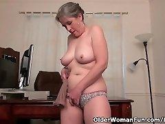 Alte Sekretärin Kelli Streifen und Finger Ihre haarige Muschi