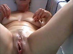 Saggy tits pumping the dildo in the bath