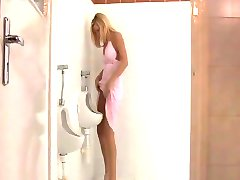 Blonde soumise surprise dans les wc