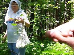 goede oma in het bos