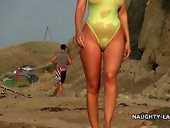 העצום של בגדי ים ו בעירום על החוף
