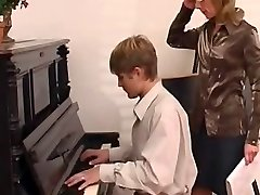 professor de piano que domina o seu aluno