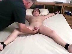 裸のつなティーンmasturbatedによる高齢男