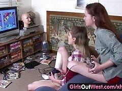 Batı Out kızlar - Tüylü ve sıska Aussie lezbiyen kızlar