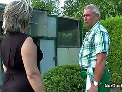 Niemiecki dziadek i babcia pieprzą trudne do ogrodu