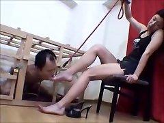 囚われた日本人の足のスレーブ崇彼女の愛人