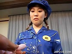 Azija je u policijskoj uniformi, osigurač na nju maca