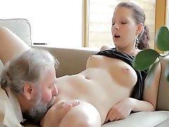 Похотливый старик трахает сына'ы девушка