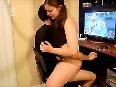 Petite amie mignonne sexe à l'ordinateur
