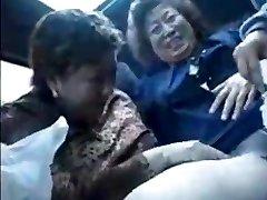 La abuela asiáticos en autobús