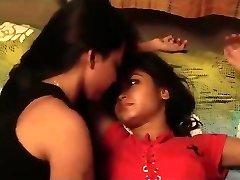 Intian tyttöjen suudella