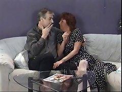 Madura morena chupa marido's la polla y luego se la come joven punk chick's el coño en el sofá
