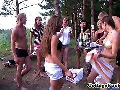 Los adolescentes Dulsineya y la Joya al aire libre