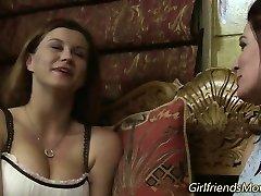Peituda lésbicas se beijando