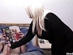 Prsatá blondýna a manžel přistižen při podvádění