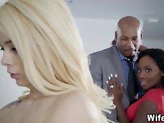 角质黑人夫妇有白色的女仆