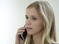 黑娇小的金发女青少年的雷切尔*詹姆斯的第一个大的黑色的阴茎
