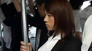 тем более красивая девушка подверглась нападению в японском общественном транспорте случай