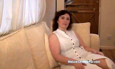 Зрелая тётка мастурбирует и кончает сквиртом   порно видео