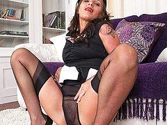 Kinky nyloned MILF inserts her spike heels!