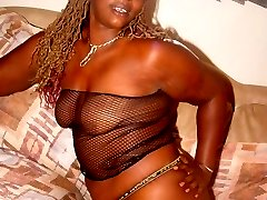 Que is a big Black mama ready to take it all off for you