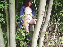 Horny slut takes her naughtiness outdoors