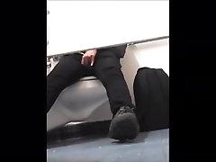 पकड़ा एक और आदमी से दूर मरोड़ते में पुरुष&039;कमरे में