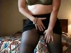 Lonely milf in hotel sends webcam fap vid to hubby