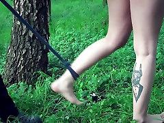 Joven esclavo está atada y follada en el jardín
