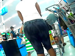 MILF BUTT IN LEGGINGS BUYING GROCERIES CANDID ASS