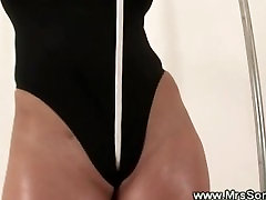 Mature lady gives her pussy a workout