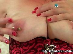 UK milf Zanderlee stuffs her cunt with dildo