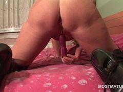 Big ass mature tramp vibing her horny cunt