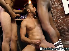 Hunk sucking black dicks