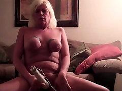 Mature slut makes herself cum